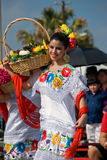 Danse de fille dans le panier mexicain de costume et de fruit