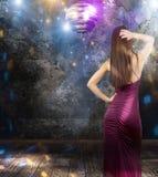 Danse de fille dans un pub de disco Photos libres de droits