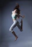 Danse de fille de beauté sur le fond gris Photographie stock libre de droits