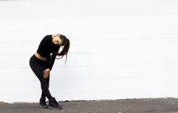 Danse de fille de danseur sur le fond blanc Photo stock
