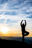 Danse de fille sur la montagne Photographie stock