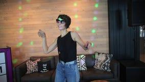 Danse de fille sur le fond en bois de mur banque de vidéos
