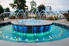 Danse de fontaine avec la musique et couleurs changeantes dans la ville de Druskininkai photos libres de droits