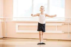 Danse de garçon à une classe de ballet Photo stock