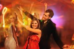 Danse de gens dans la boîte de nuit Photo stock