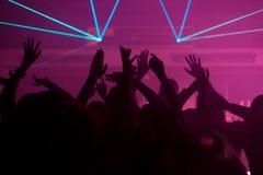 Danse de gens dans le club avec le lightshow Photos libres de droits