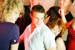 Danse de gens dans un club Image libre de droits