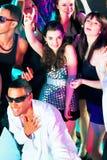 Danse de gens de réception de disco dans un club Photo libre de droits