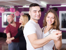 Danse de groupe dans le club images libres de droits