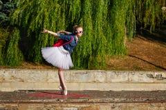 Danse de hippie de ballerine sur la rue Photos libres de droits