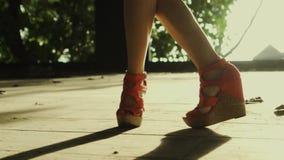Danse de jambes du ` s de femme de plan rapproché banque de vidéos