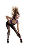 Danse de jeune femme avec de longs poils sur l'air d'isolement Photo stock