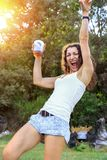 Danse de jeune femme et amusement heureux de avoir à la partie d'été au coucher du soleil Images libres de droits