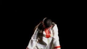 Danse de jeune fille dans le costume russe traditionnel banque de vidéos