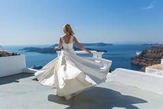 Danse de jeune mariée sur la mer Photographie stock libre de droits