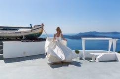 Danse de jeune mariée sur la mer Images libres de droits