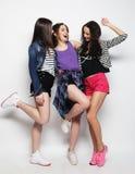 Danse de jeunes amies de la joie dans intégral Images libres de droits