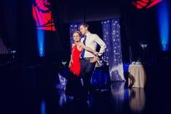 Danse de jeunes mariés à la réception de mariage Photographie stock libre de droits