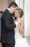Danse de jeunes mariés image stock