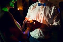 Danse de jeunes mariés avec la bougie Image stock