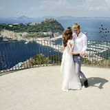 Danse de jeunes mariés dans le jour du mariage à Naples, Italie Photos stock