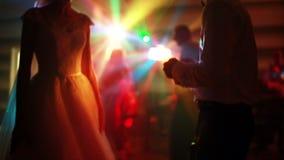 Danse de jeunes mariés dans le projecteur MOIS lent banque de vidéos
