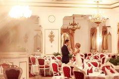 Danse de jeunes mariés dans le restaurant vide Photos libres de droits