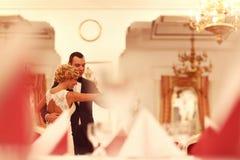 Danse de jeunes mariés dans le restaurant vide Photographie stock