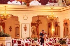 Danse de jeunes mariés dans le restaurant vide Image stock