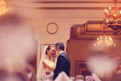 Danse de jeunes mariés dans un restaurant Photographie stock libre de droits
