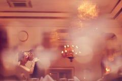 Danse de jeunes mariés dans un restaurant Photo stock