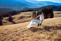 Danse de jeunes mariés sur la montagne Lune de miel dans les Alpes Image libre de droits