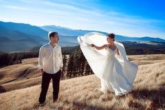 Danse de jeunes mariés sur la montagne Lune de miel dans les Alpes Photo libre de droits