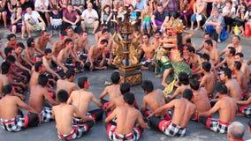 Danse de Kecak de Balinese également connue sous le nom de chant de singe de Ramayana banque de vidéos