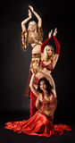 Danse de la jeune femme trois dans le costume arabe Images libres de droits