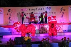 Danse de lion avec le tambour de porcelaine Images libres de droits