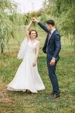 Danse de ménages mariés sur l'herbe parmi des saules Photographie stock libre de droits