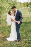 Danse de ménages mariés sur la nature parmi des saules Photos stock