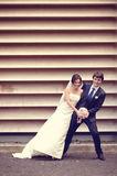 Danse de marié et de jeune mariée près d'un mur dépouillé Photos libres de droits
