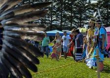 Danse de Micmac de natif américain avec des spectateurs Photos stock