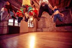Danse de danse moderne de pratique en matière de groupe dans le saut Images libres de droits