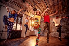 Danse de danse moderne de pratique en matière de groupe dans le saut Sport, danse Image stock