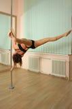 Danse de pôle de fille dans le studio Photos libres de droits
