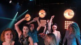 Danse de partie de club appréciant la partie avec le concert Personnes de partie du DJ de boîte de nuit apprécier de bruit de dan banque de vidéos