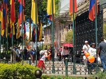 Danse de petite fille autour des mâts de drapeau, Cuenca Equateur Photos stock