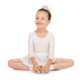 Danse de petite fille dans la robe de boule blanche Photo stock