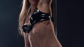 Danse de Polonais La fille secoue la tête et déplace son corps banque de vidéos