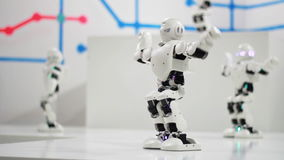 Danse de robot de humanoïde Danse mignonne de robots Technologie robotique futée banque de vidéos