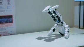 Danse de robot de humanoïde à l'exposition robotique photo stock