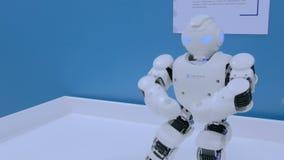 Danse de robot de humanoïde Exposition de danse de robot banque de vidéos